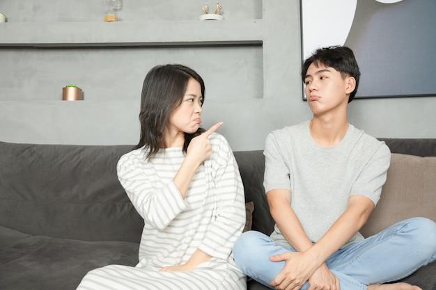 Una giovane coppia cinese riposava sul divano.