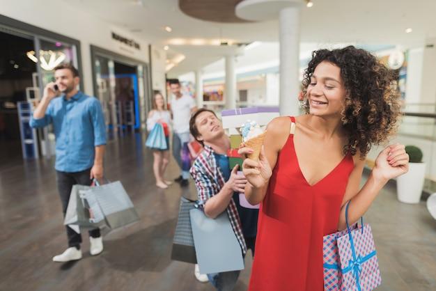 Una giovane coppia fa shopping un venerdì nero.