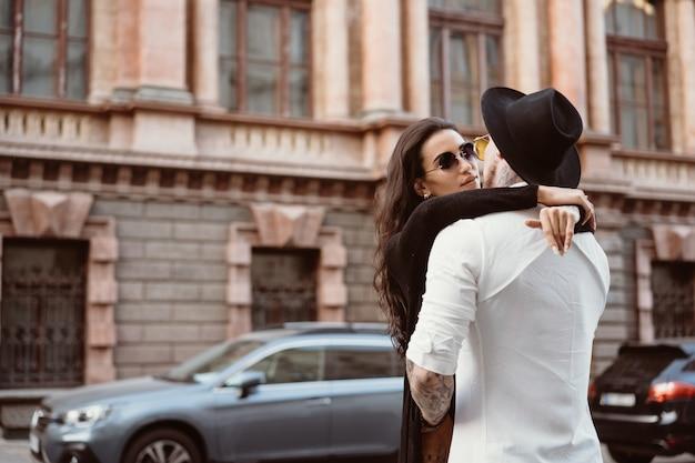 Una giovane coppia sexy di innamorati per le strade