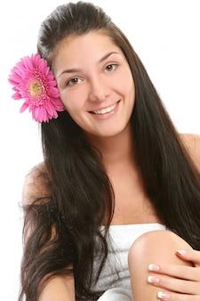 Una giovane donna attraente e bella