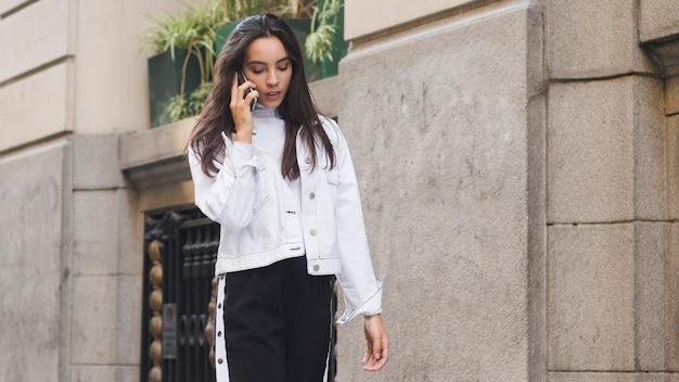 Una giovane donna attraente parlando sul cellulare