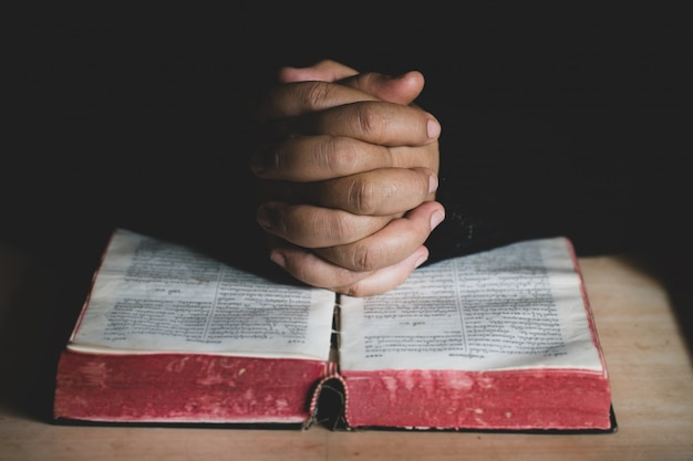 Una giovane donna che prega per le benedizioni di dio con il potere e il potere del sacro.