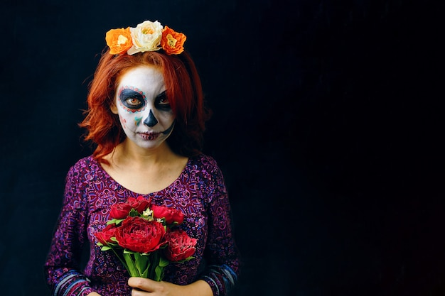 Una giovane donna nel giorno dei morti maschera teschio faccia arte