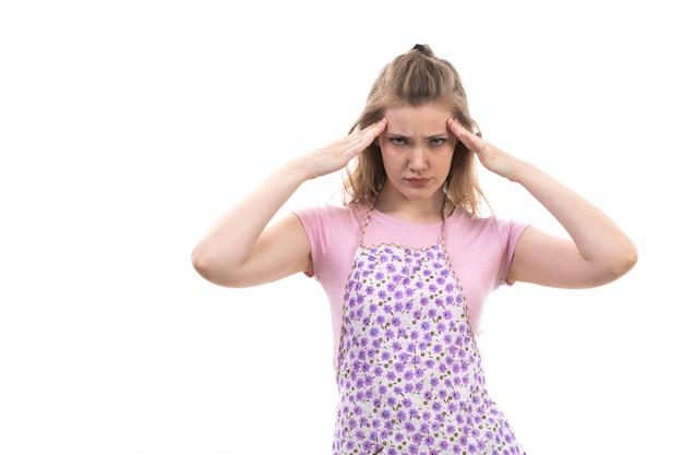 Una giovane e bella casalinga vista frontale in sofferenza dispiaciuto mantello colorato camicia rosa