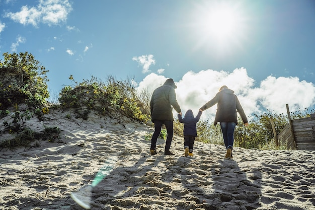 Una giovane famiglia con bambini trascorre il fine settimana sulle rive del freddo mar baltico