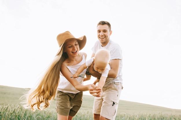 Una giovane famiglia felice sul campo si diverte