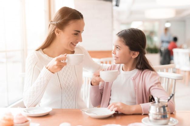 Una giovane famiglia si riunì in un caffè.