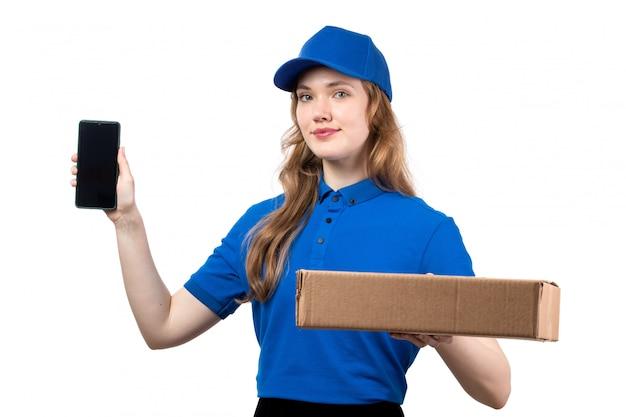 Una giovane lavoratrice femminile del corriere femminile di vista frontale del pacchetto e dello smartphone di consegna dell'alimento della tenuta di servizio di distribuzione di alimenti su bianco