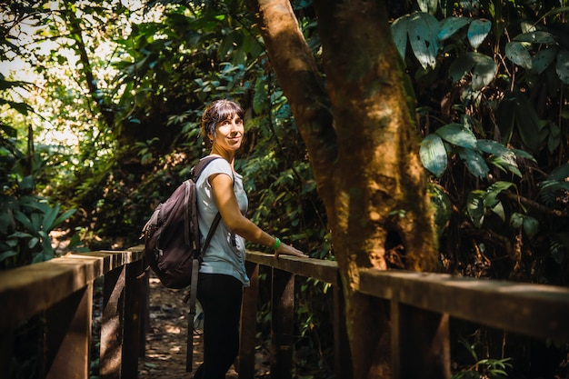 Una giovane ragazza su un ponte nel parco nazionale cerro azul meambar (panacam) sul lago yojoa. honduras