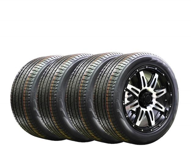 Una gomma di quattro ruote di automobile con l'orlo della lega isolato su fondo bianco, spazio della copia