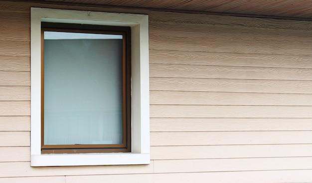 Una grande finestra sul muro in legno