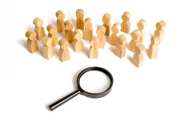 Una grande folla di persone si trova vicino a una lente di ingrandimento su uno sfondo bianco.