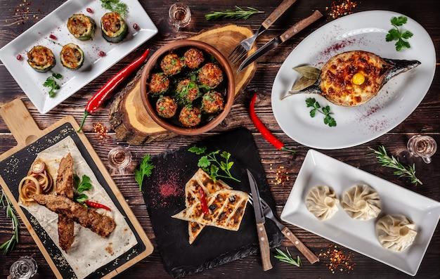 Una grande tavola apparecchiata di piatti diversi per tutta la famiglia in un giorno libero.