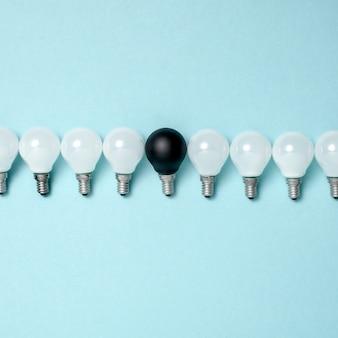Una lampadina eccezionale, incandescente diversa. concetti di idea di creatività aziendale. design piatto