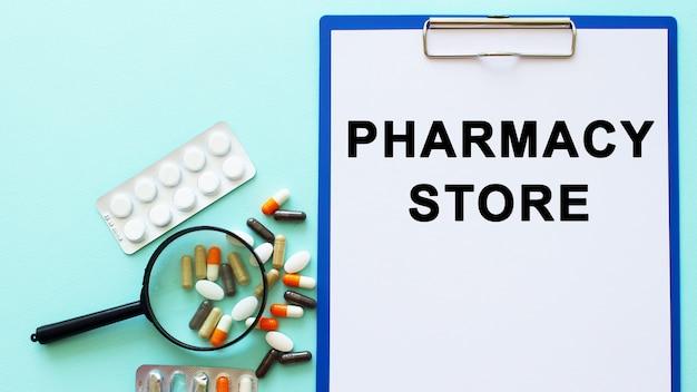 Una lavagna per appunti con carta giace su un tavolo. iscrizione farmacia negozio. concetto medico.