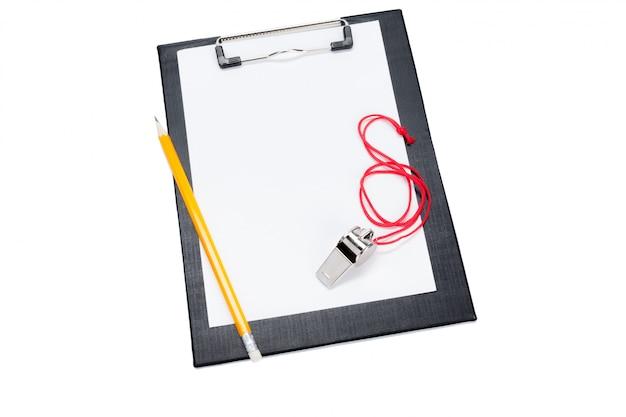 Una lavagna per appunti in bianco e un allenatore fischiano con lo spazio della copia