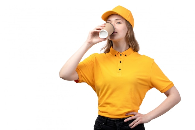 Una lavoratrice femminile del giovane corriere femminile di vista frontale del caffè bevente di servizio di distribuzione di alimenti su bianco