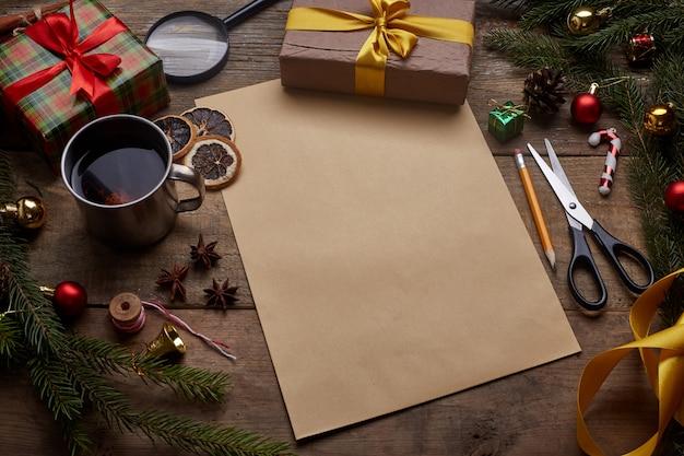 Una lista dei desideri, vecchio foglio di carta con la matita in legno grunge con spazio di copia,
