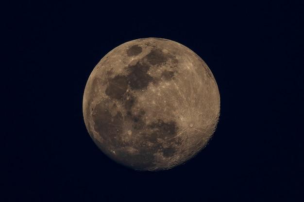 Una luna gibbosa crescente