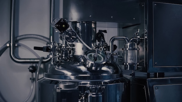 Una macchina per la produzione di medicinali in un moderno laboratorio, apparecchiature per la produzione farmaceutica, macchinari per la produzione farmaceutica in fabbrica medica.