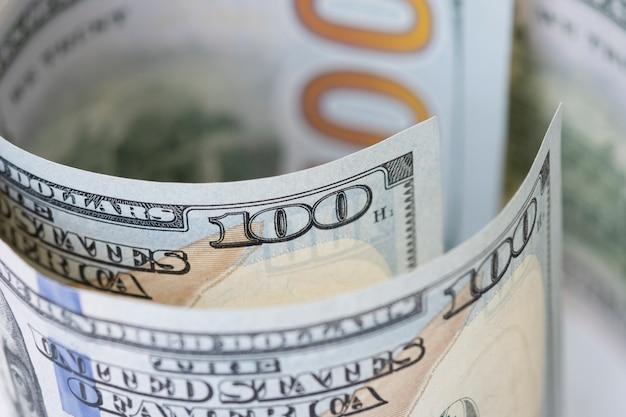 Una macro del primo piano di cento banconote del dollaro americano.