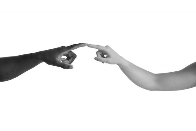 Una mano africana caucasica e una su sfondo bianco