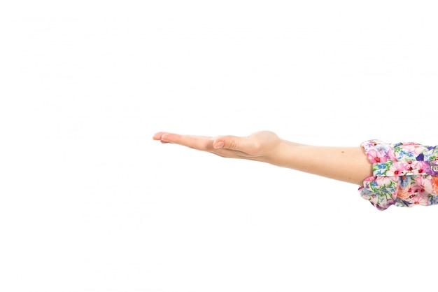 Una mano femminile di vista frontale che mostra la palma aperta sul bianco