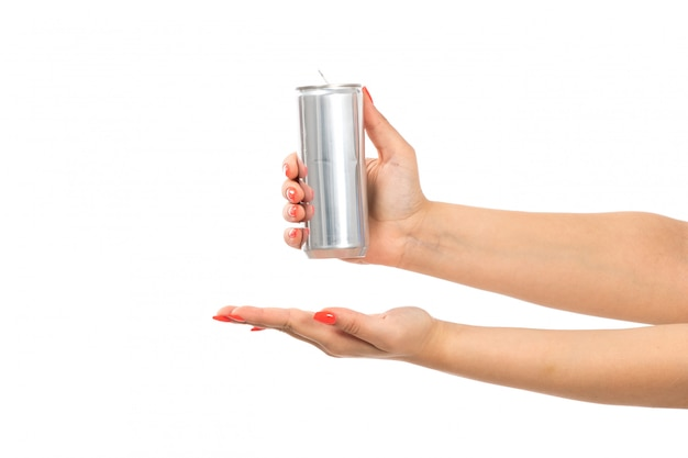 Una mano femminile di vista frontale che tiene l'argento può mostrare la palma aperta sul bianco