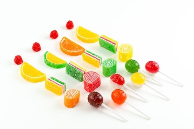 Una marmellata di arance con vista dall'alto e lecca-lecca appiccicosi dolci colorati su confettura di zucchero bianco e colorato