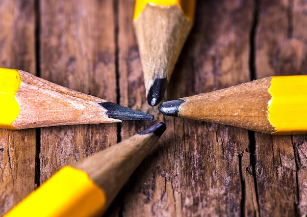 Una matita semplice, fondo in legno, vista dall'alto