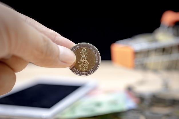 Una moneta da 10 baht, fuoco baht tailandese