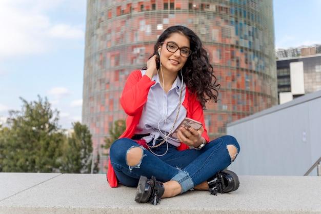 Una musica d'ascolto della giovane donna sulla seduta digitale della compressa