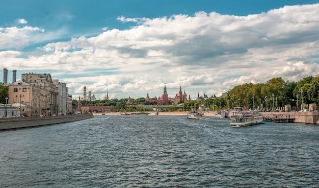 Una nave turistica è ormeggiata a un molo sul fiume mosca. bellissimo paesaggio soleggiato con navigazione sul fiume mosca. mosca, russia.