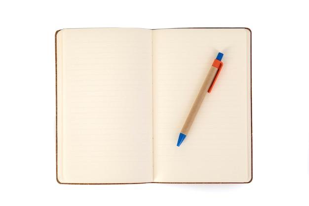 Una pagina non scritta di un quaderno e una penna