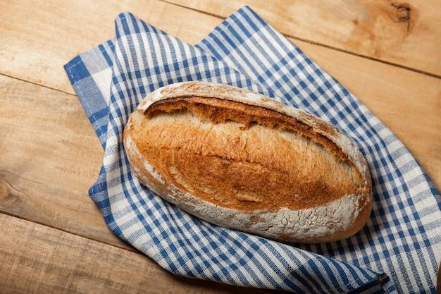 Una pagnotta di pane fresco su un tavolo di legno