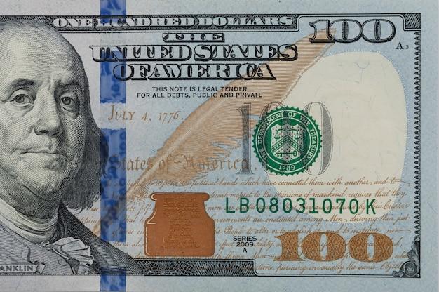 Una parte del conto è di un centinaio di dollari. parte destra avvicinamento.