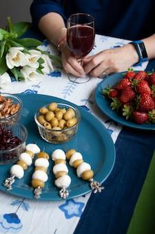 Una pausa gourmet: fragole, succo d'uva e vari antipasti.