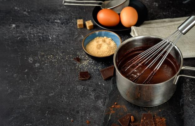 Una pentola con cioccolata calda