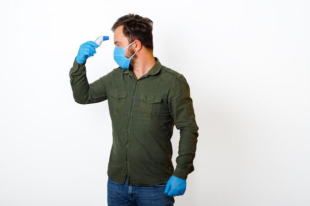 Una persona di sesso maschile che viene misurata la temperatura corporea con un termometro senza contatto.