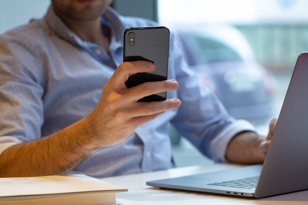 Una persona in possesso di smartphone