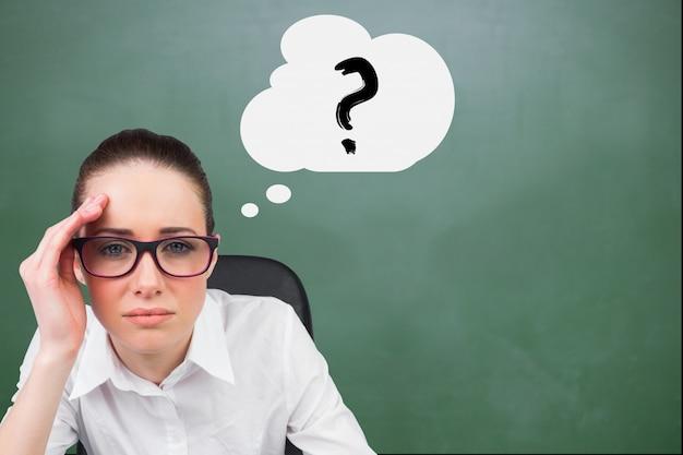 Una persona pensante di un punto interrogativo