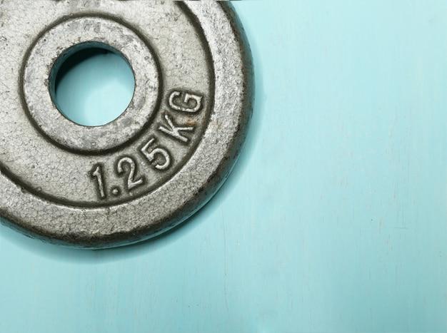 Una piastra di peso in metallo