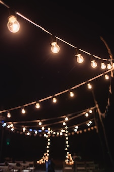 Una piattaforma con un arco per la cerimonia notturna