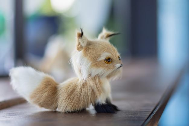 Una piccola bambola cane su un tavolo di legno