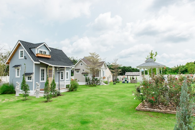 Una piccola casa in stile toscano sul bel cielo