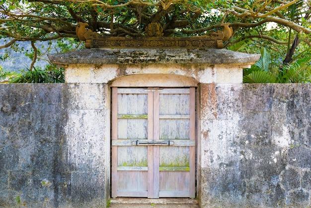 Una piccola porta antica nel castello di shuri a okinawa, giappone