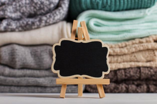 Una pila di abiti a maglia di diversi colori e trame.