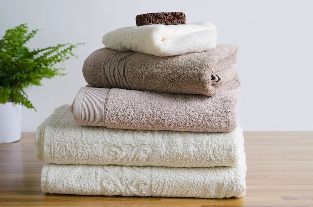 Una pila di asciugamani è la finitura perfetta per una pausa rilassante