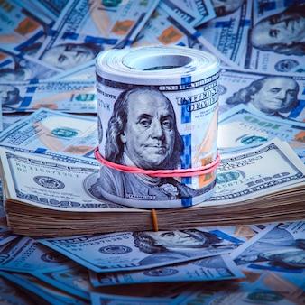 Una pila di cento banconote americane. un contante di cento fatture del dollaro, immagine di priorità bassa del dollaro.