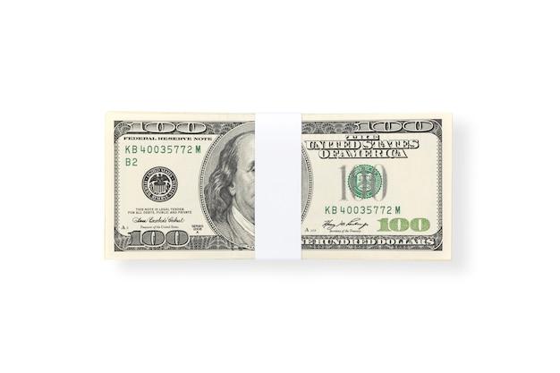 Una pila di cento fatture dei soldi del dollaro americano isolate su fondo bianco